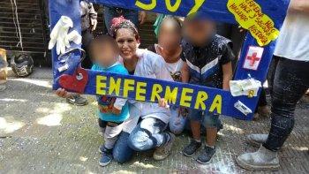Vanessa Gómez Cueva junto a sus tres hijos el día que se recibió de enfermera.