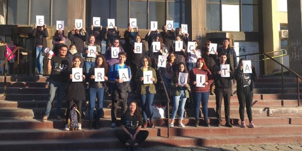 Estudiantes universitarios se manifestaron por la continuidad del TEG
