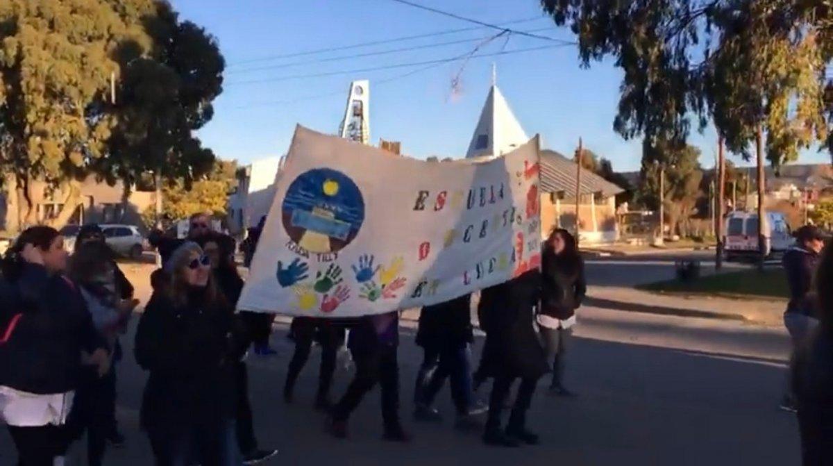 Rada Tilly: Docentes y padres marcharon en defensa de la educación pública