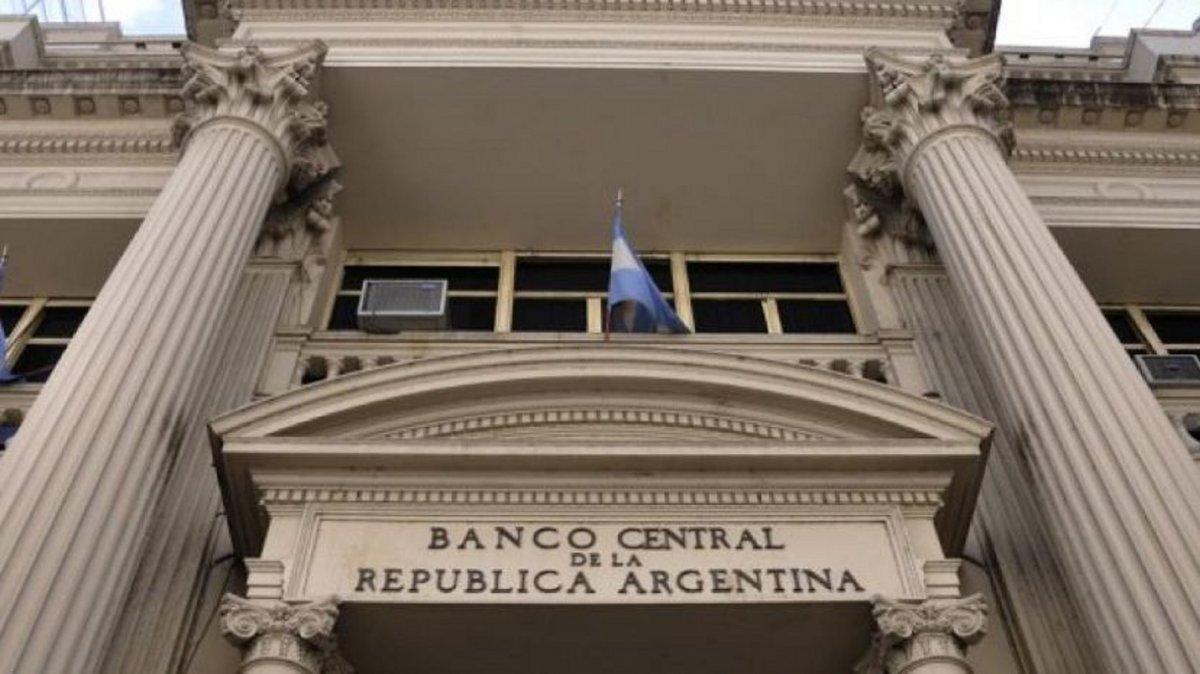 Tras un mes de control de cambios, salieron USD 11.000 millones de los bancos