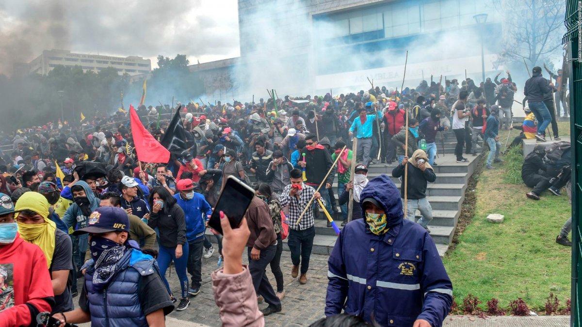 Reprimen las protestas y hay al menos dos muertos