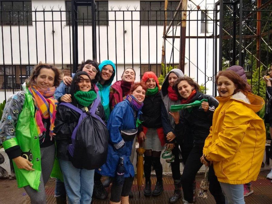 A pesar de la lluvia, miles de mujeres van llegando al Encuentro