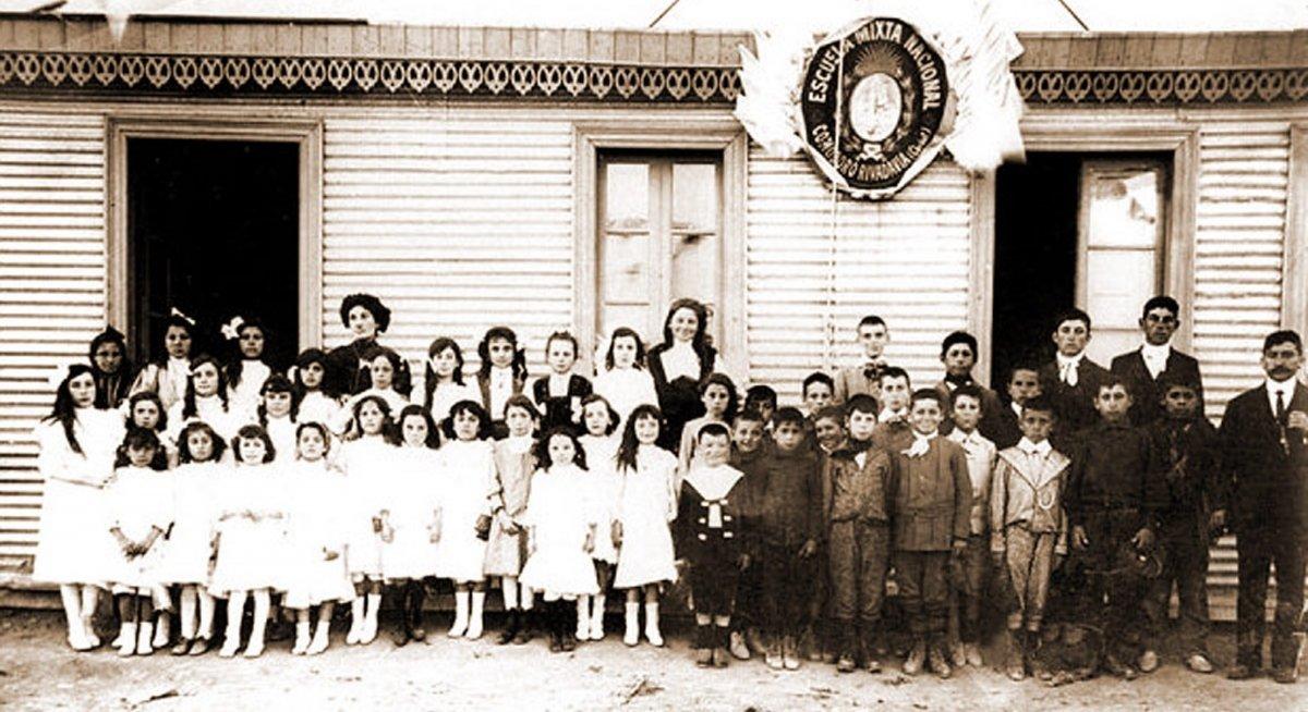 Foto: Primera Escuela de Comodoro Rivadavia creada en 1905. Ex N° 24 actual N° 83. Su primer director fue el maestro Isidro Quiroga.