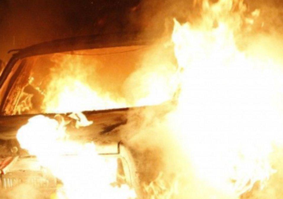 El novio se peleó en la calle y a ella le quemaron el auto