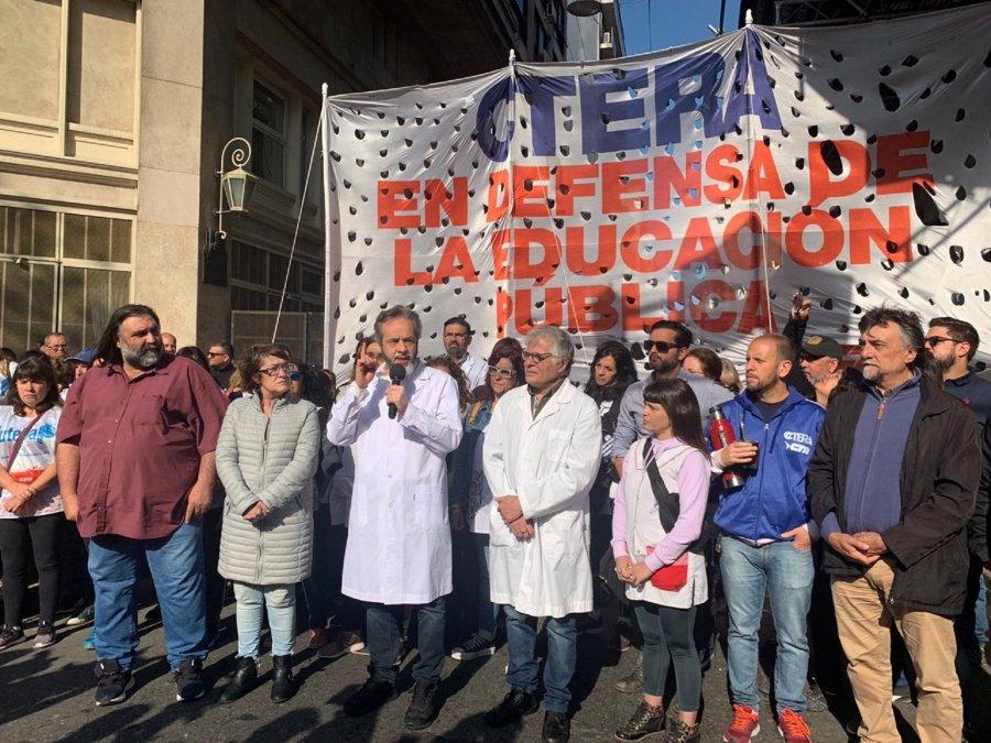 Baradel convocará a una mesa de dialogo por los docentes de Chubut