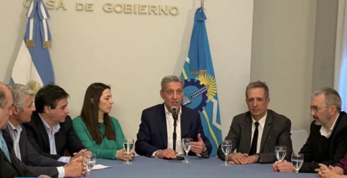 Arcioni anunció que devolverán los descuentos y convocó a los docentes