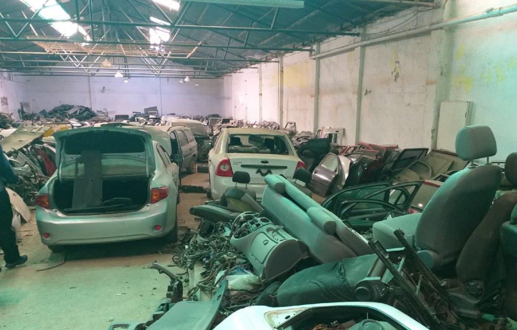 Secuestraron vehículos robados y autopartes en la calle Alem