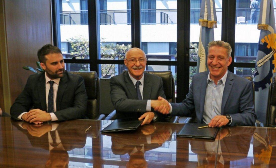 Arcioni firmó acuerdos para promover el desarrollo de la Provincia