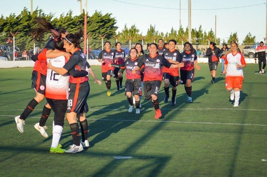 Las chicas de Huracán festejan el pase a la final. (Foto: Matías Broca - Huracán de Comodoro)