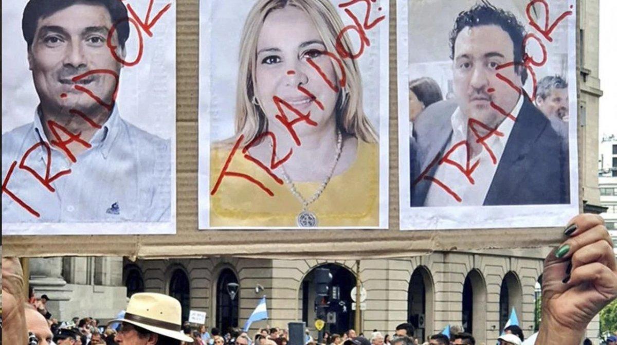 Traidores: Los macristas también escrachan en Plaza de Mayo