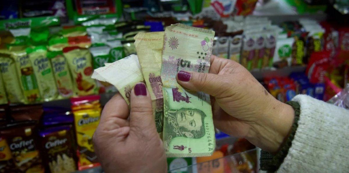 Sancionarán a los comercios que no reciban billetes de $5