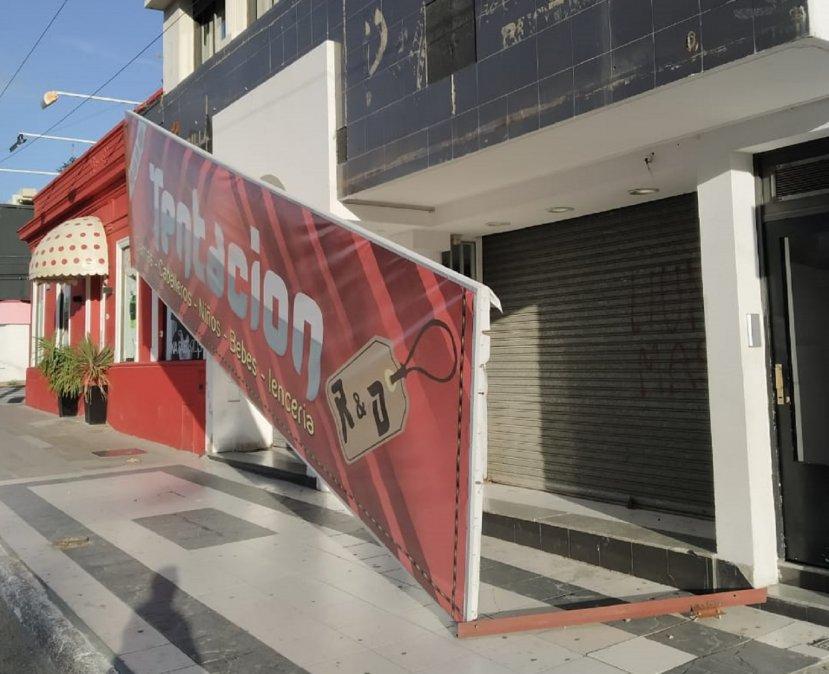 El viento tiró un cartel en un local céntrico. Foto: Saúl Gherscovici.