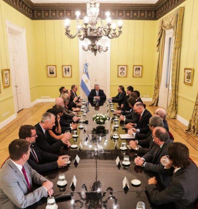 Fernández con petroleras: Se va a mantener el precio de la nafta