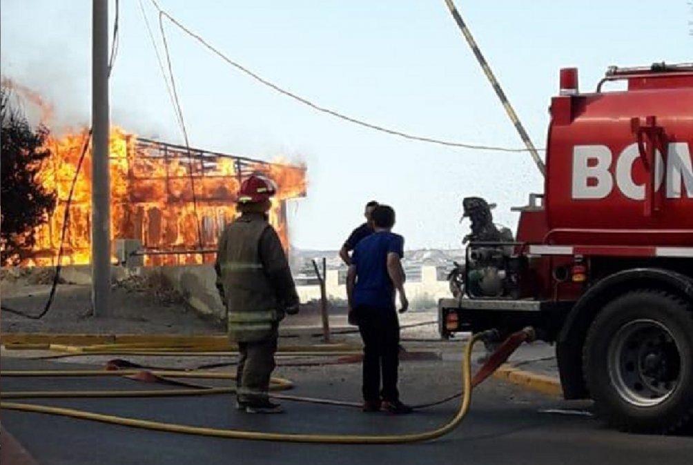Se incendiaron antiguas oficinas del Ministerio de Hidrocarburos