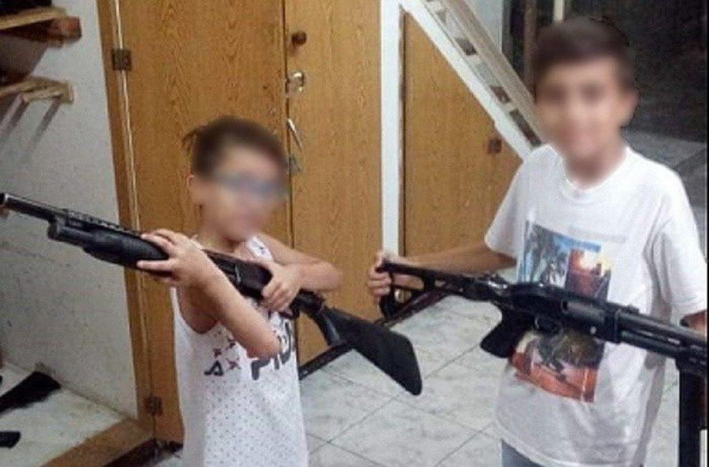 Es integrante del Servicio Penitenciario e hizo posar con armas a sus hijos