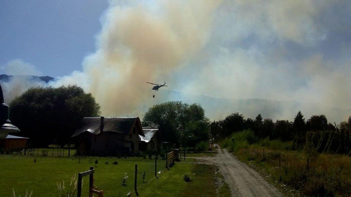 Importante incendio forestal entre Lago Puelo y El Bolsón