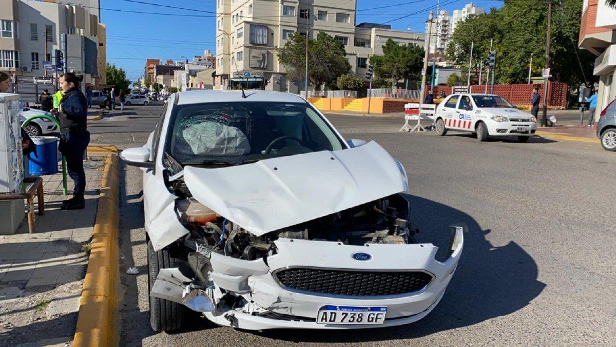 Una camioneta se estrelló contra un paredón en el centro
