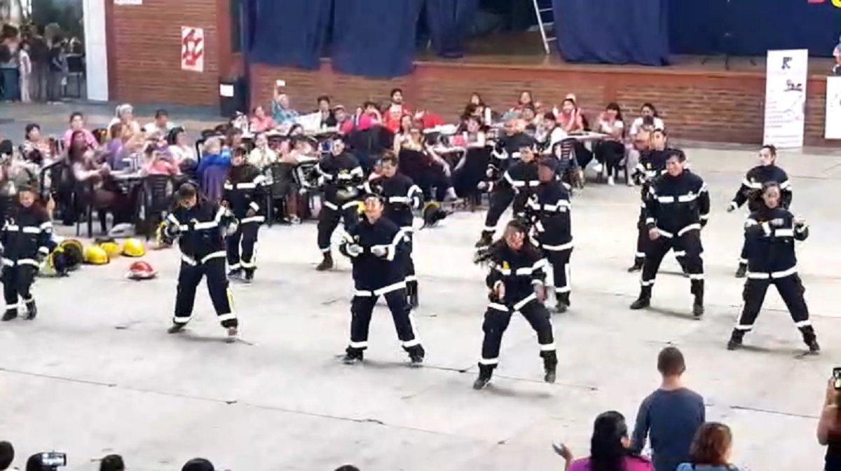 Bomberas bailando en medio del espectáculo
