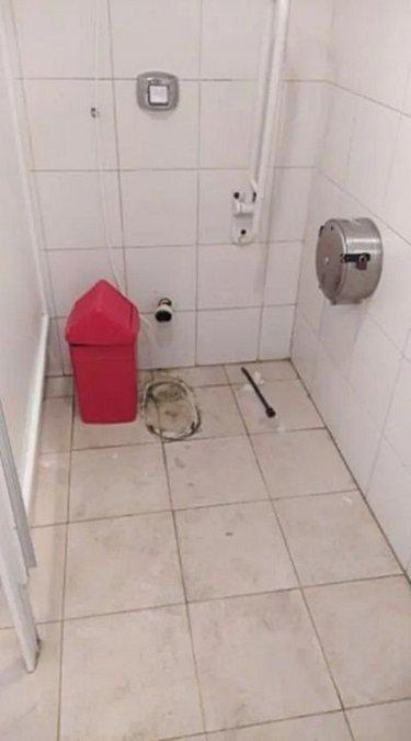 Así quedó el baño luego del robo