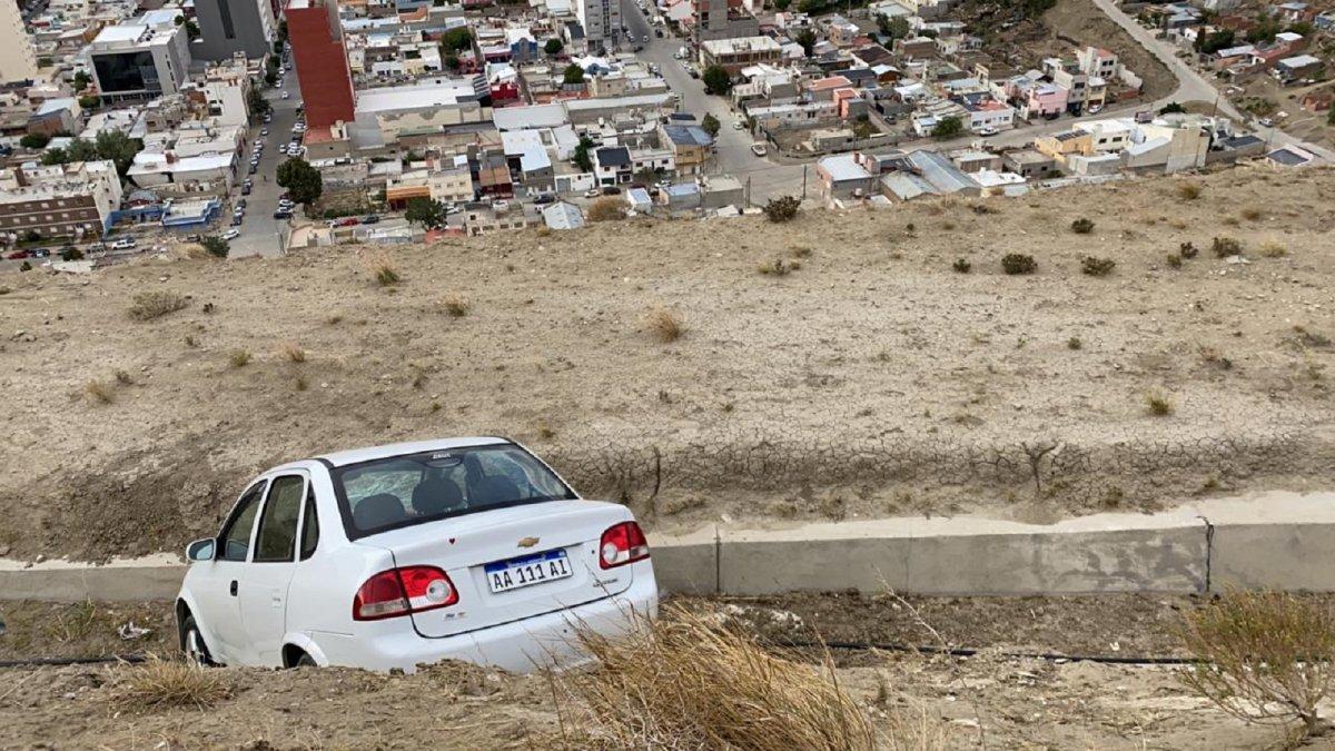 El Chevrolet Corsa quedó en el canal evacuador del Cerro Chenque.