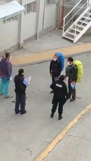 Los turistas franceses afuera del Hospital de Trelew.