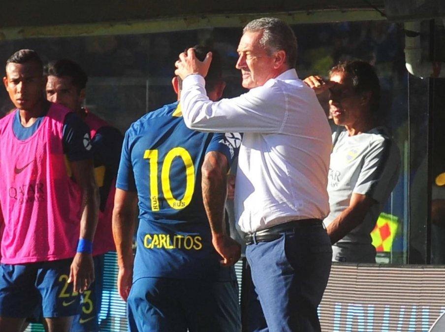 Alfaro saluda a Tevez luego del cambio ante Godoy Cruz.