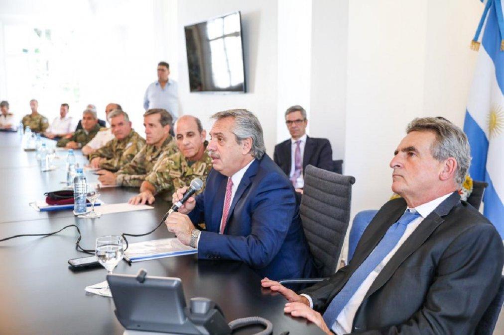 Alberto Fernández y efectivos de las Fuerzas Armadas que actúan en los operativos de emergencia.