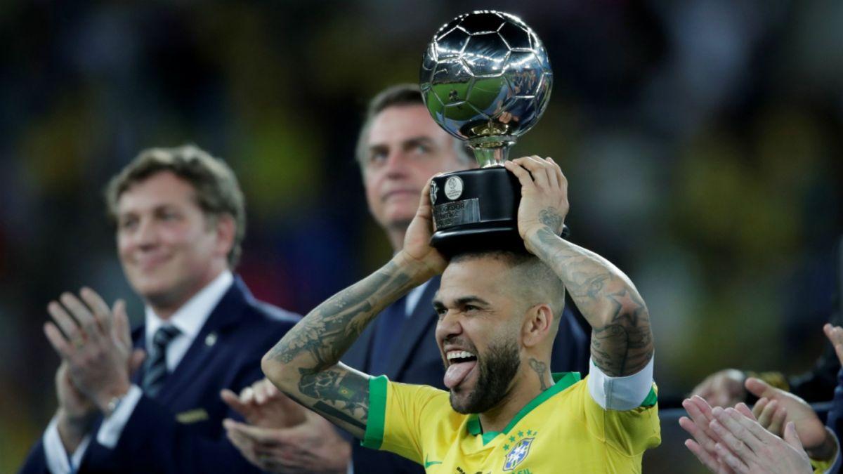 Dani Alves fue elegido como el mejor jugador de la Copa América 2019.
