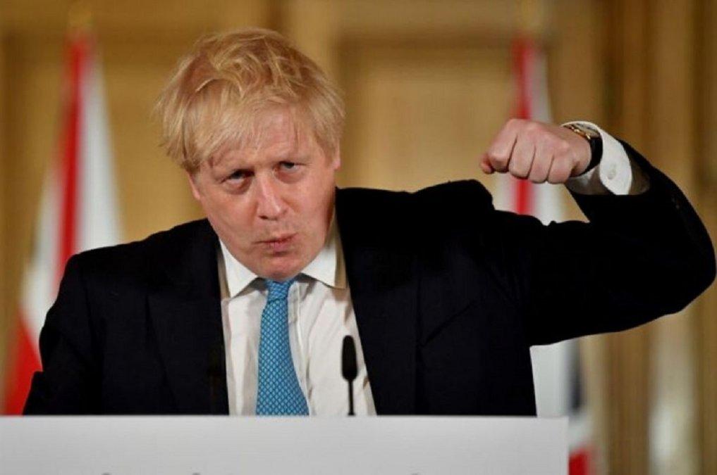Boris Johnson fue bastante contradictorio en las estrategias para enfrentar la pandemia.
