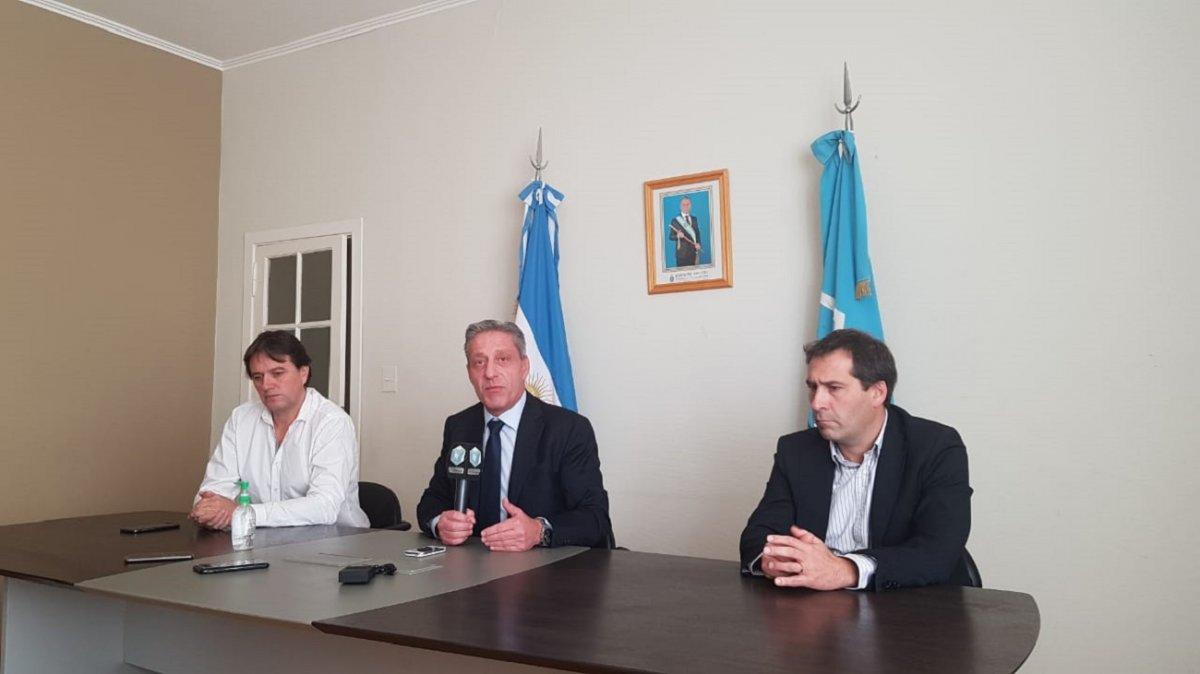 El gobernador Arcioni junto a los intendentes Juncos y Luque.
