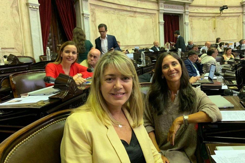 Estela Regidor junto a sus comprovincianas Sofía Brambilla e Ingrid Jetter (Foto: Twitter @estelaregidorok).
