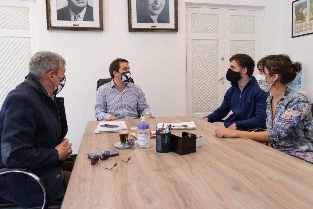Juan Pablo Luque junto alos bioquímicos Matías Pujana y Noelia Nickels.