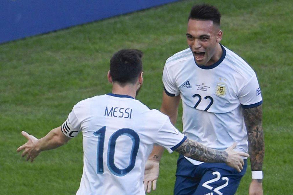 Messi junto a Lautaro en la selección.
