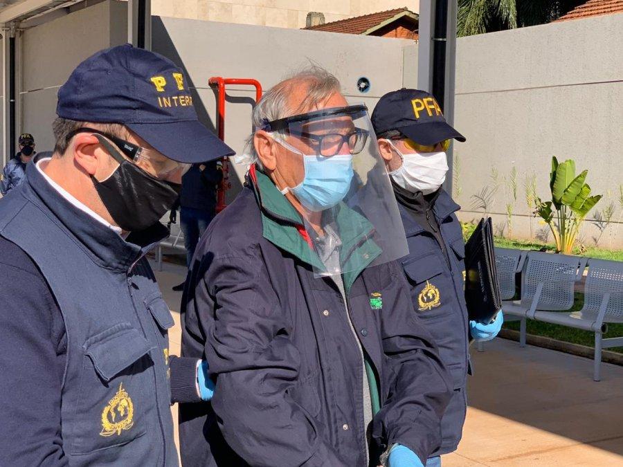 Policía Federal Argentina con el detenido