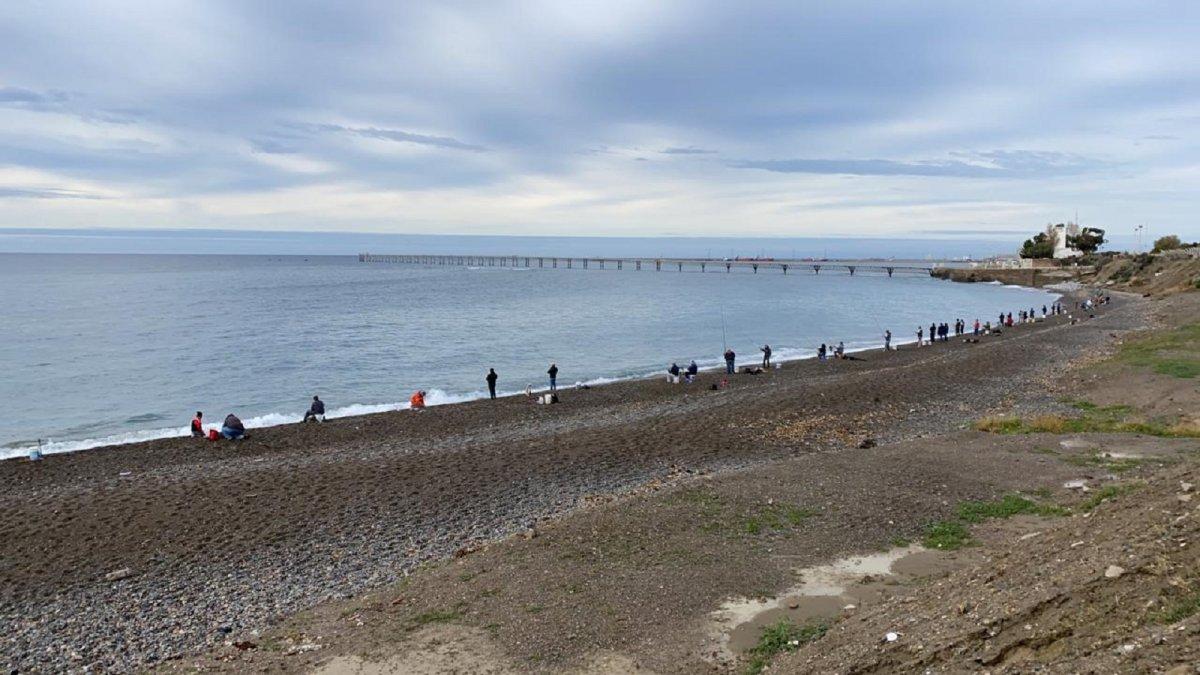 Una gran cantidad de pescadores se encuentran en la playa de Kilómetro 3.