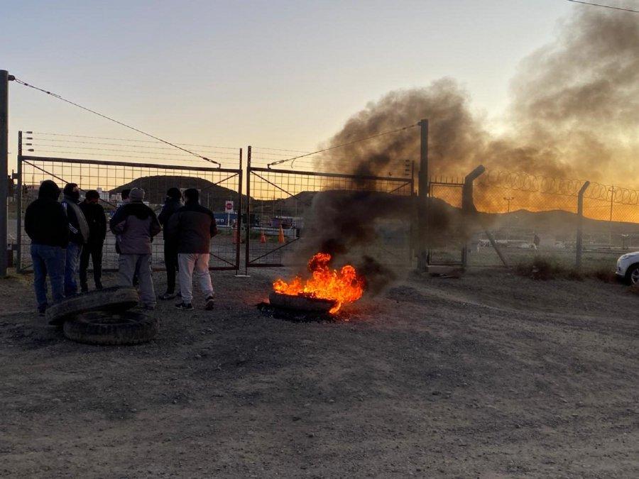 Entre 15 y 20 trabajadores reclaman que no cobraron sus sueldos y realizan una quema de cubiertas en el barrio Industrial.