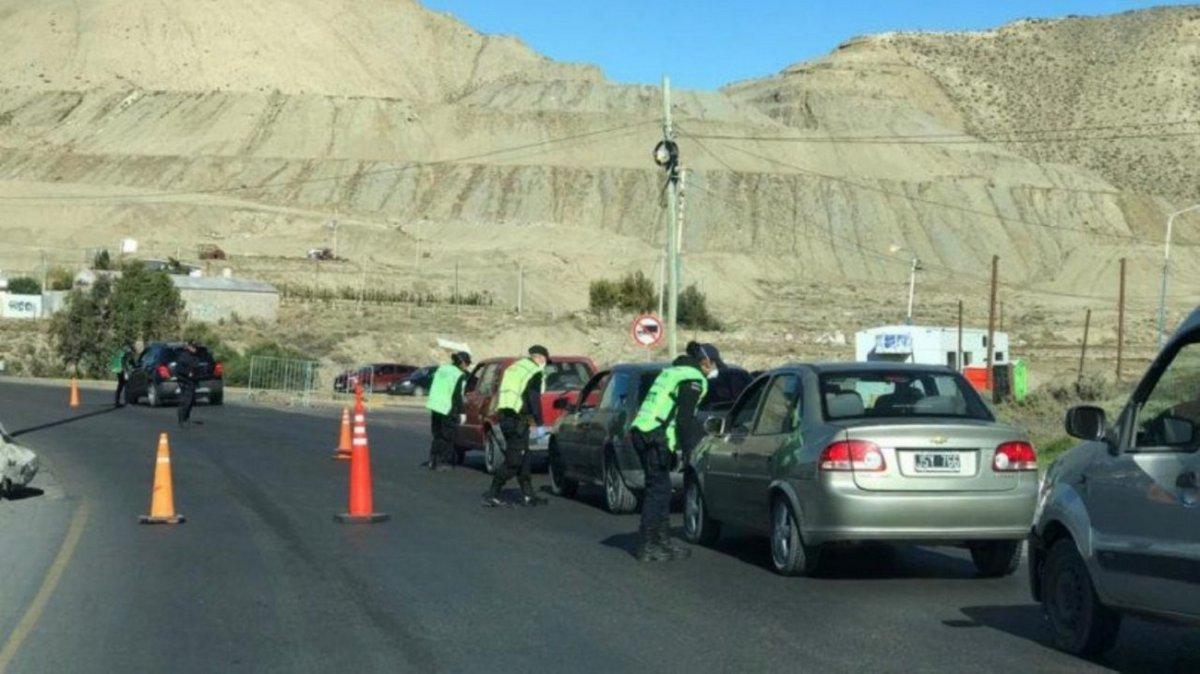 Control policial frente al Chalet Huergo.