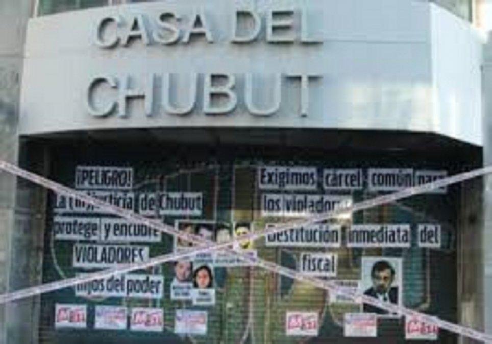 La Casa del Chubut recibió un escrache tras la resolución del fiscal Rivarola.