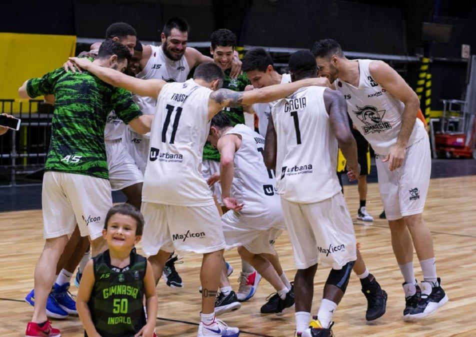Los jugadores festejando el triunfo en la cancha de Obras. @BandejaOlimpica.