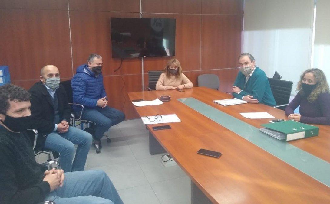 Manuel Pagliaroni y Rubén Cáceres junto a autoridades del IPV.