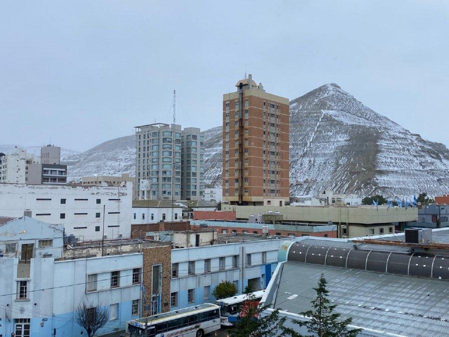 El Cerro Chenque cubierto de nieve.