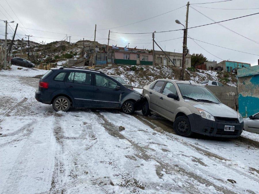 En la zona alta del Cerro Chenque chocaron dos autos por la nieve.