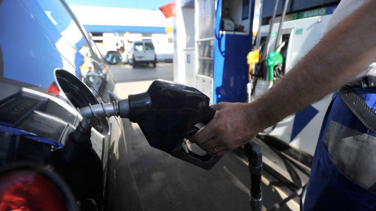 Concejales de Trelew piden a YPF que baje el precio de la nafta.