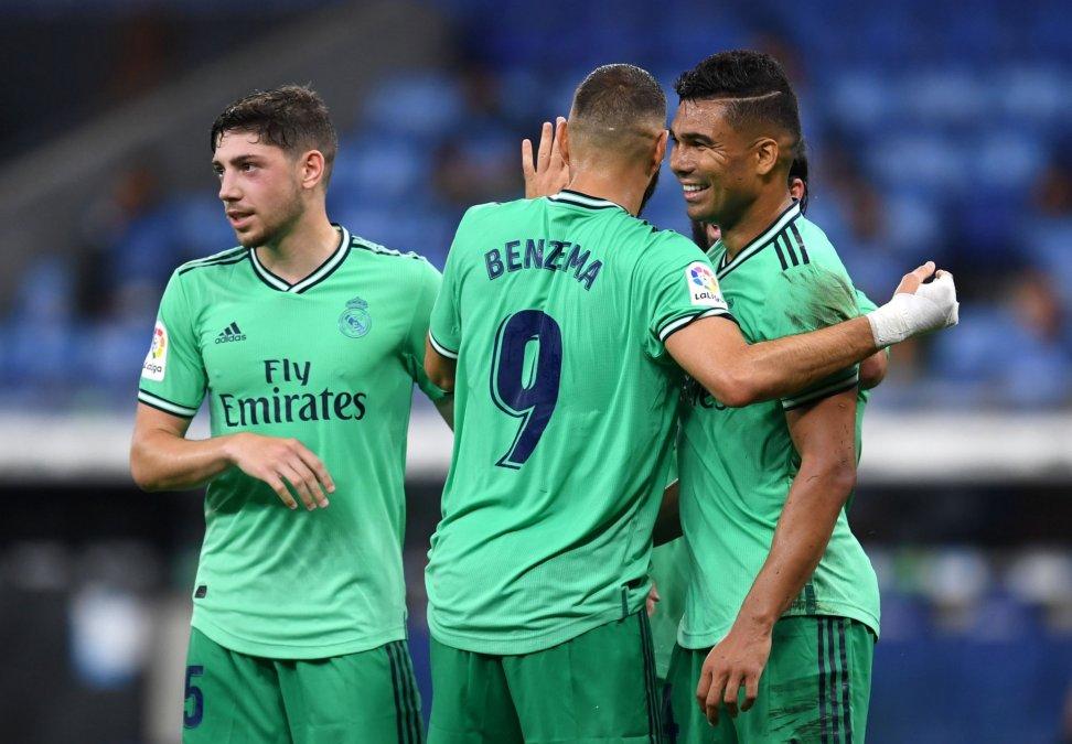Benzema abraza a Casemiro en el festejo del gol.