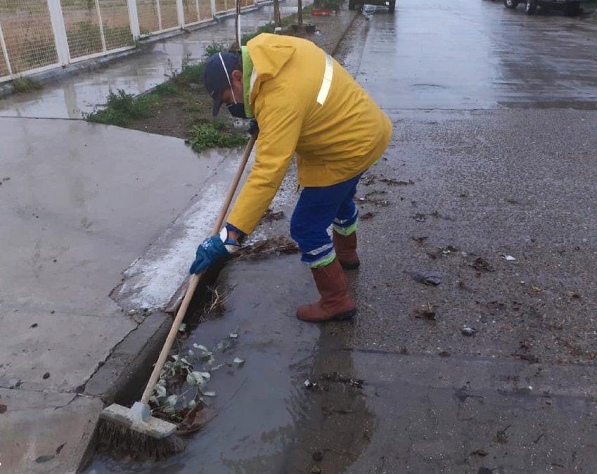 Urbana trabaja en la limpieza de pluviales y bocas de tormenta.