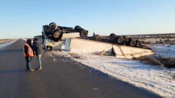 Estado en que quedó el camión que conducía un chofer que grababa un video al momento del accidente. Se alababa a si mismo y mostraba como conducir sin cadenas sobre hielo.