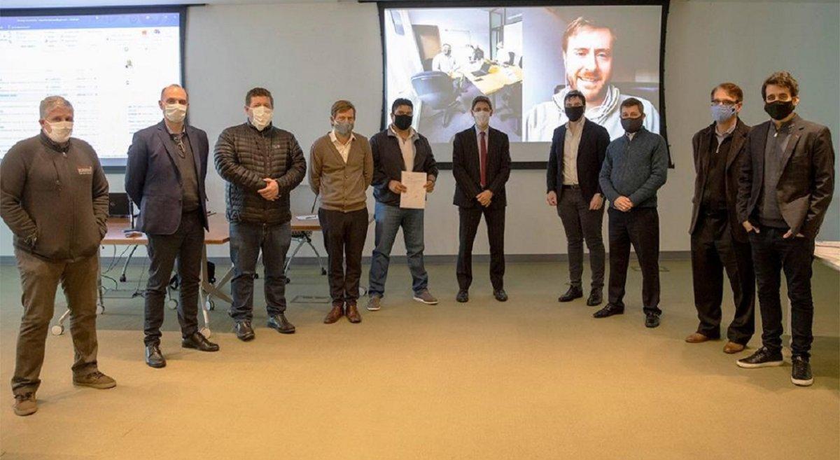 Dirigentes petroleros junto a autoridades de YPF.