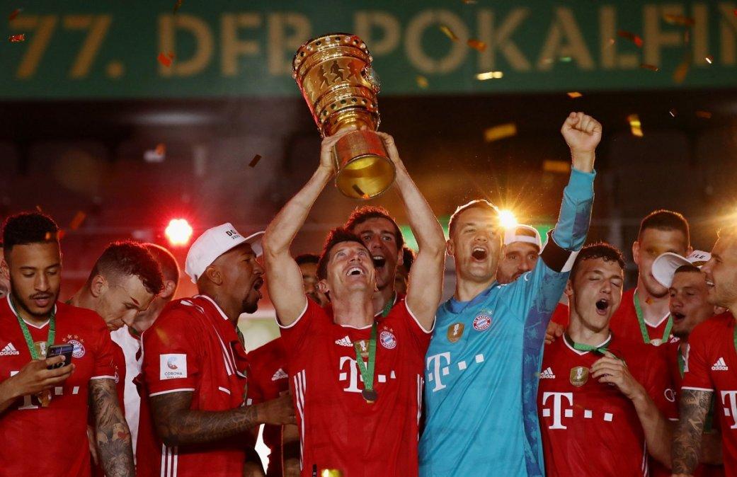 Lewandowski levanta la copa junto a Neuer.