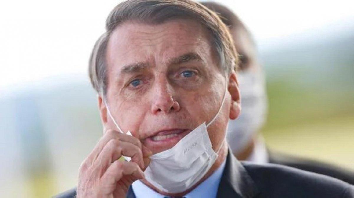 Jair Bolsonaro se quitó el barbijo en plena conferencia de prensa.