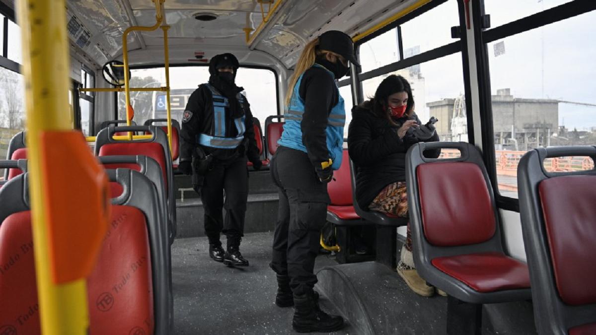 En Comodoro Rivadavia todavía no está permitido viajar parado en el transporte público.
